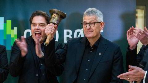 Konsernsjef Karl Johan Lier (til høyre) ringer i bjellen under noteringen av Autostore på Oslo Børs. Her sammen med finansdirektør Bent Skisaker.