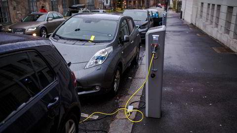 Elbiler har dyre enkeltkomponenter, som batteripakker, som ved kun mindre skader kan resultere i full erstatning på hele bilen og at bilen skrotes, skriver konsernsjefene i Gjensidige og Fremtind.