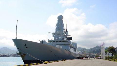 Destroyeren HMS Defender ved kai i havnen Batumi i Georgia etter å ha deltatt på øvelse i Svartehavet nær Krimhalvøya nylig. Russland hevdet å ha skutt varselskudd mot skipet.
