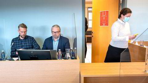 Hanne Madsen (til høyre) på vei inn i lagmannsretten i Skien tirsdag morgen til ankesak mot Tor Øystein Osa Michalsen (til venstre) og familiens entreprenørselskap der faren Bengt (i midten) er styreleder.