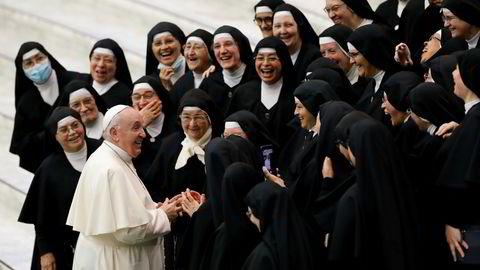Ikke enkelt for den katolske kirke å bli demokratisk etter 2000 år med toppstyring, her ved pave Frans og den ukentlige audiensen med nonner i Vatikanet.