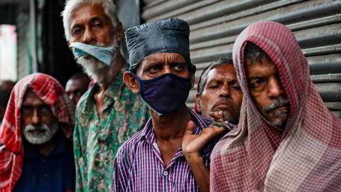 Fattige og hjemløse i byen Kolkata, India. Årlig hvitvasking anslås å tilsvare mer enn verdien av Statens pensjonsfond utland, og det er de fattigste menneskene i verden som rammes, skriver artikkelforfatterne.