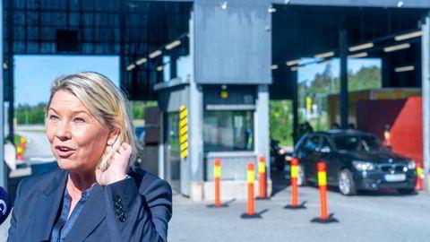 Justis- og beredsskapsminister Monica Mæland holder foreløpig litt igjen på innreise til Norge. Her besøker hun tollstedet på Svinesund torsdag.