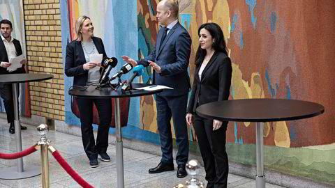 Våre spandable tanter og onkler i politikken bør før valgkampen vende tilbake til en hvilende og aldri vedtatt lov, janteloven, skriver artikkelforfatteren. Fra venstre: Sylvi Listhaug (FRP), Trygve Slagsvold Vedum (SP) og Hadia Tajik (Ap)