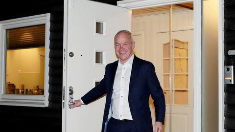 Finansminister Jan Tore Sanner (H) møter pressen hjemme på morgenen før han legger fram statsbudsjettet for 2022.