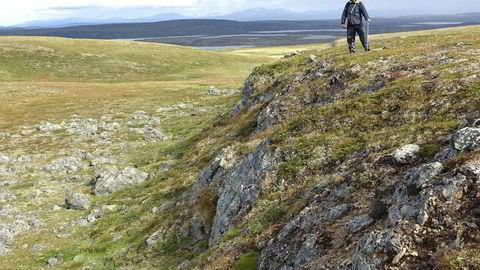 Forkastningsskrenten knyttet til jordskjelv på Finnmarksvidda er opp til syv meter høy. Foto: NGU
