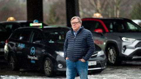 – Akkurat nå står alt. Det er ikke noe inntjening å hente, sier taxieier Glenn Tuxen, her på taxiholdeplassen ved Grorud T-banestasjon i Oslo