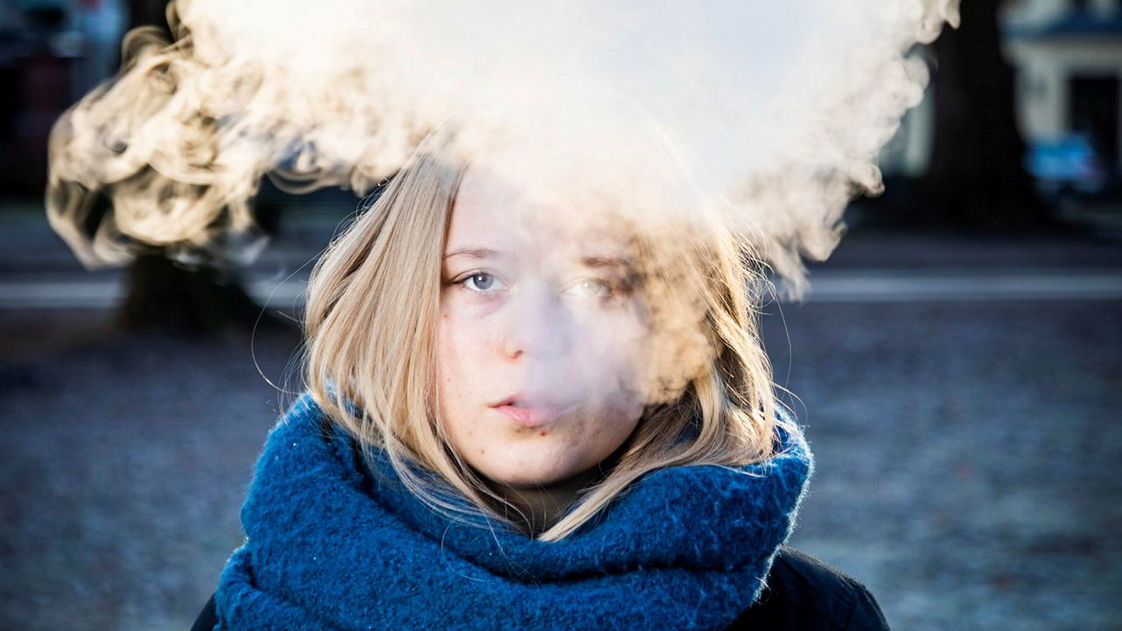 Med e-sigaretter fikk nikotinmarkedet et nytt produkt, og både tobakks- og legemiddelindustri følte sine markedsandeler truet fra en gruppe nye tilbydere, skriver Karl Erik Lund i innlegget. Sol Eriksen vaper her i Sofienbergparken.