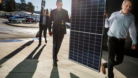 Øyvind Rohn, Børge Bjørneklett og Arnt Emil Ingulstad (foran). Ingulstad solgte onsdag nær halvparten av egne aksjer i selskapet. Solkraftselskapet Ocean Sun produserer en teknologi for flytende solenergi.