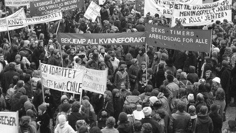 Kvinner og menn demonstrerer for likestillingssaken på kvinnedagen i 1977.