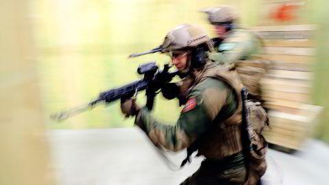 Soldater fra Telemark bataljonen trener på strid i bebygd område på oppdrag for Nato i Litauen.