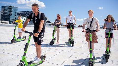 Familien Ulriksen fra Haugesund er på feriebesøk i hovedstaden. Her tester de elsparkesykler på operataket. Rasmus Ulriksen (9 år), Rune Ulriksen( 50), Jeanette Ulriksen (50), Tomine Ulriksen (18 år), Pernille Ulriksen (14 år) og Filippa Ulriksen (10 år). – Det er gøy å bruke elsparkesykkel når man er turist.