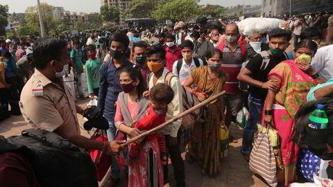 Indere forsøker å forlate storbyen Mumbai etter en ny smittebølge har ført til nye nedstengninger og restriksjoner.