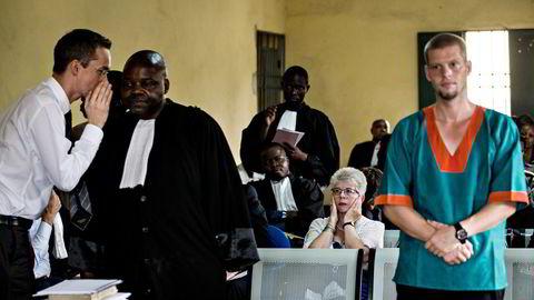 Kari Hilde French og Hans Marius Graavold var sentrale støttespillere for Joshua French (til høyre). Her er de tre i rettssalen i 2014. Graavold sier noe til Frenchs kongolesiske forsvarer.