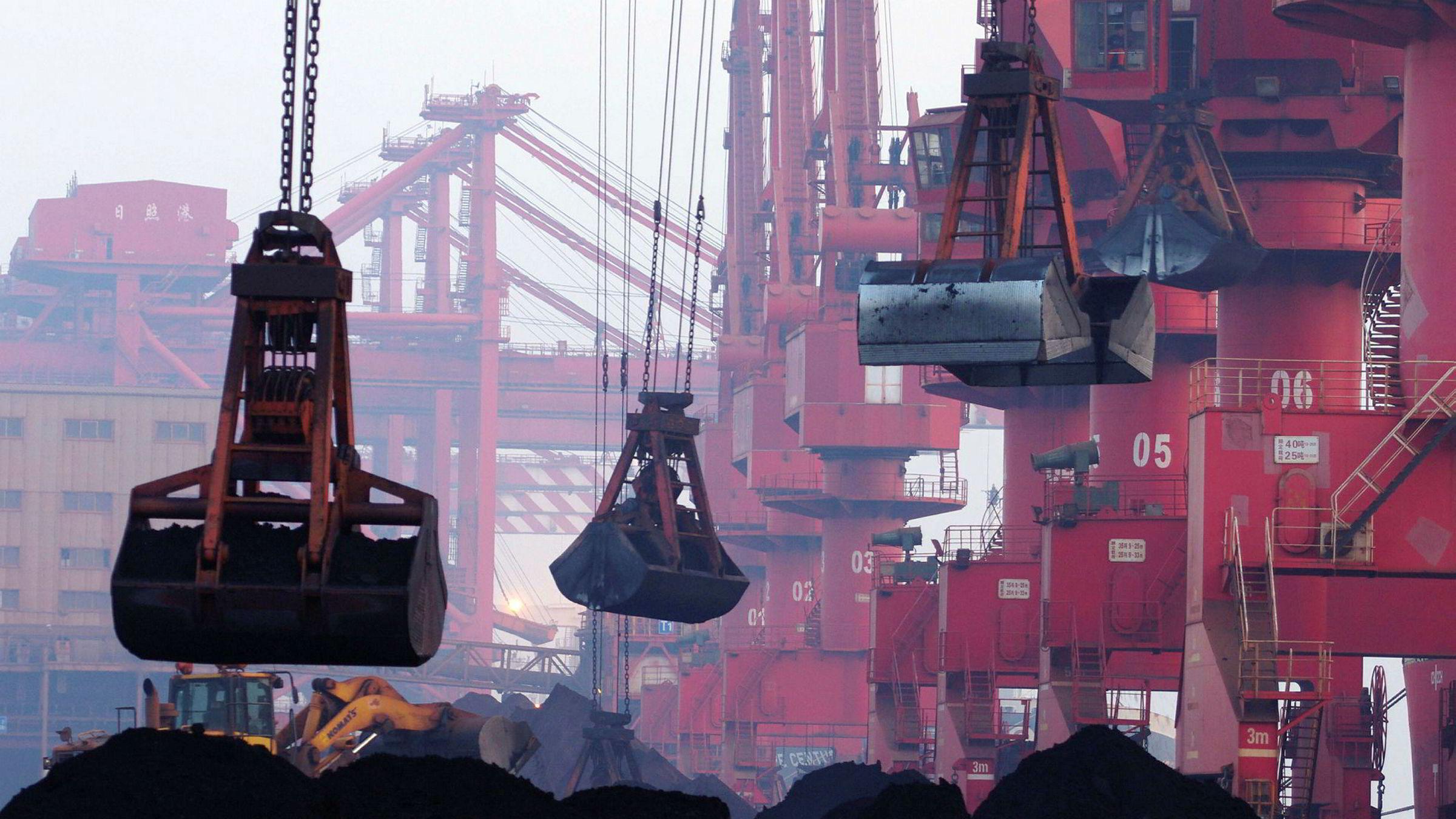 Kinesiske myndigheter opplyser mandag at landet stanser import av blant annet jernmalm fra Nord-Korea i tråd med de nye sanksjonene fra FNs sikkerhetsråd. På dette bildet fra 2015 flyttes importert jernmalm i havnen i Rizhao øst i Kina.