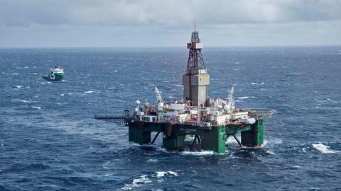Boreriggen Leiv Eiriksson driver avgrensningsboring for Lundin på Altafunnet i Barentshavet. Ved siden av ligger supplyskipet Bourbon Arctic. Forvaltningsplanen for Lofoten og Barentshavet åpnet for at oljeselskapene fikk tilgang til Barentshavet. Nå får planen kraftig kritikk.