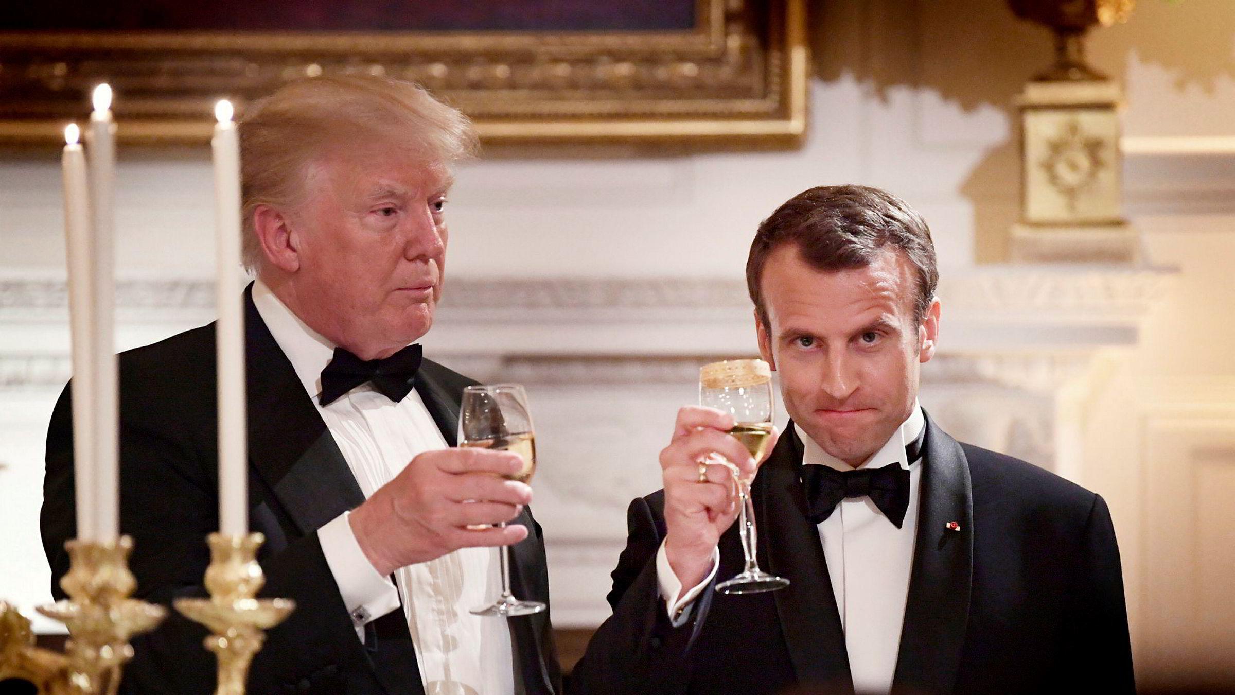 President Donald Trump og Frankrikes president Emmanuel Macron skåler under en middag i Det hvite hus i Washington i april i fjor.