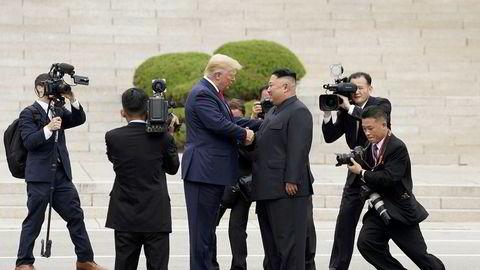 Dette bildet ble tatt for knapt et år siden på grensen mellom Nord- og Sør-Korea. Nå gir Kim Jong-un (til høyre) beskjed til Donald Trump om å holde seg unna.