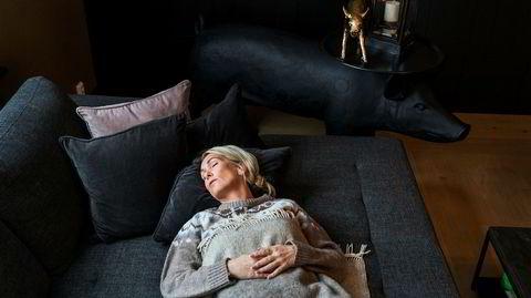 Gardinene igjen. Når Anita Krohn Traaseth skal gjøre ingenting, legger hun seg ned på sofaen hjemme i tre kvarter.