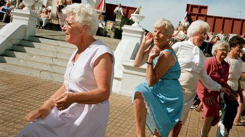 Entusiasme. Martin Parr har alltid vært interessert i dansende mennesker, for dansens entusiasme og stil forteller noe utilslørt om hvem vi er, mener han. Her fra badebyen Margate i Kent, 1986.