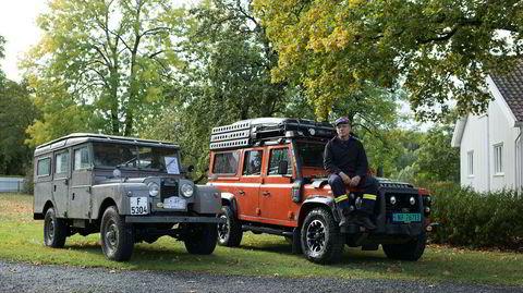 Ny og gammel. En av de første Land Roverne ved siden av en av de siste som ble laget av den klassiske modellen. Per-Yngvar Holm (56) sitter på sin Defender Adventure, kjøpt ny i 2015. – Den heter Sandur, sier han.