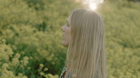 Juni Habel ga ut sin aller første singel i desember i fjor, og imponerer med et flott debutalbum.
