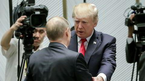 Russlands president Vladimir Putin og USAs president Donald Trump snakker sammen under et toppmøte i APEC (Asia-Pacific Economic Cooperation) i den Vietnamesiske byen Danang 11. november.