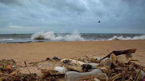 Verdens hav og strender er fulle av plast. Forskerne er bekymret.