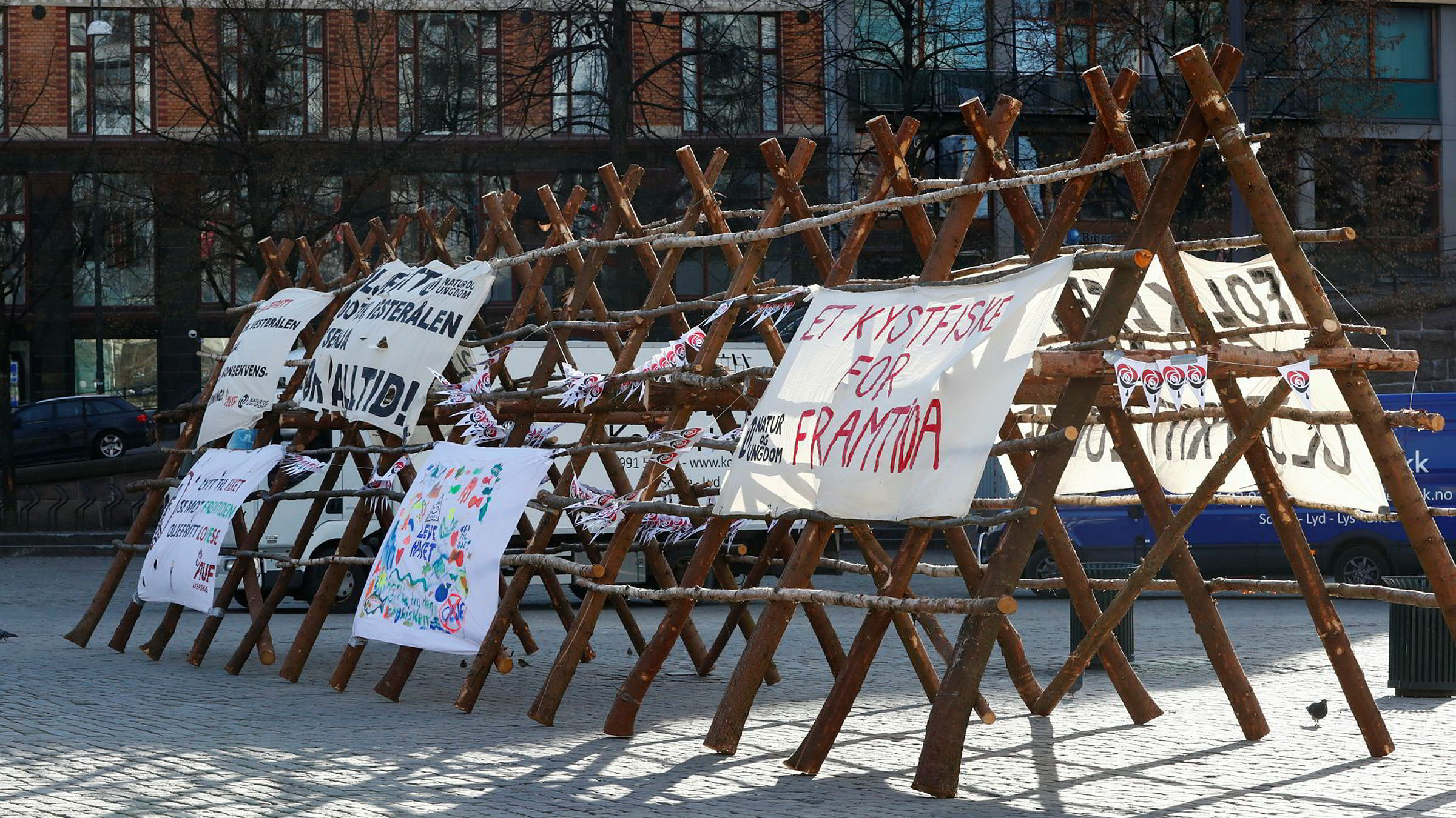 Oslo 20170422.Utenfor landsmøtesalen til Arbeiderpartiets landsmøte i 2017 hadde Natur og Ungdom satt opp plakat for vern av Lofoten. Nå vil også Unge Høyre verne om havområdene.