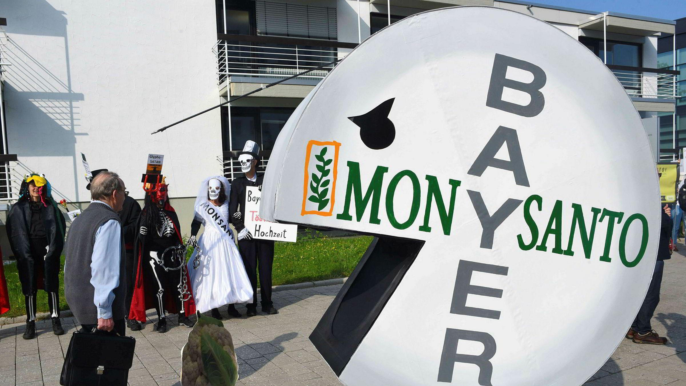 Tyske Bayer skroter Monsanto-navnet etter kjøpet av det amerikanske selskapet. Her fra en demonstrasjon i Bonn sist måned.