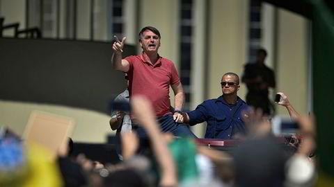 Brasils president Jair Bolsonaro oppildner demonstranter i Brasilia som vil ha fjernet alle koronarestriksjoner og som vil ha militær intervensjon.