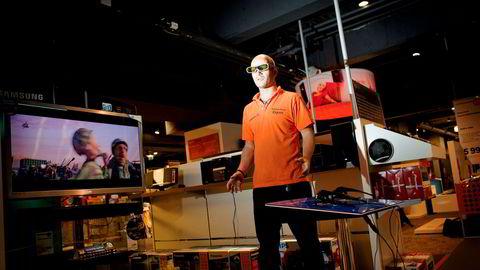 Teknologidirektøren i NRK anbefaler folk å vente med å kjøpe 3D-tv, lød billedteksten til dette bildet i DN i 2010. Da skulle 3D-tv være «det neste store» – men ble det aldri. Slik ble teknologien den gang fremvist i Expert-butikken i Klingenberggata i Oslo.