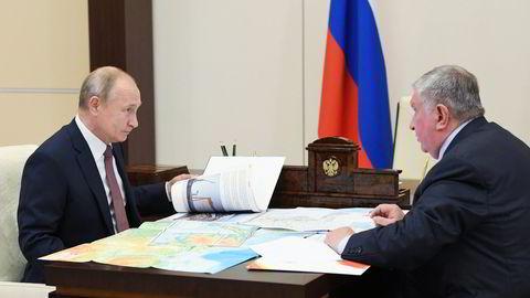 President Vladimir Putin (til venstre) med Rosneft-sjef Igor Setsjin, kjent som Russlands «energi-tsar», i  presidentresidensen i Novo-Ogarjovo utenfor Moskva.