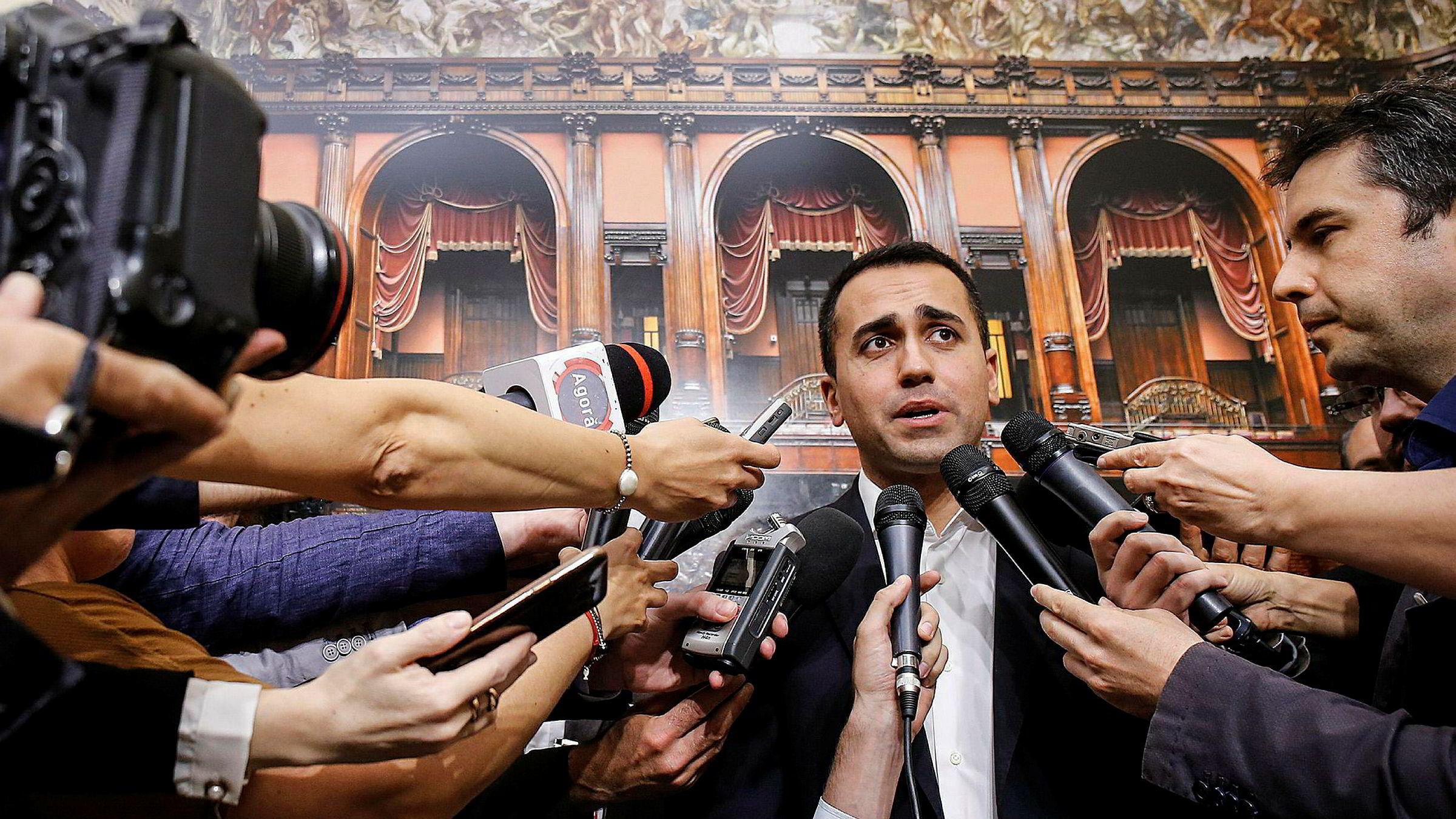 Leder for Femstjernersbevegelsen, Luigi Di Maio, møter reportere ved det italienske parlamentet i Roma på onsdag. Han vil nå gjøre et nytt forsøk på å danne regjering sammen med Ligaen, i stedet for å vente på et nyvalg.