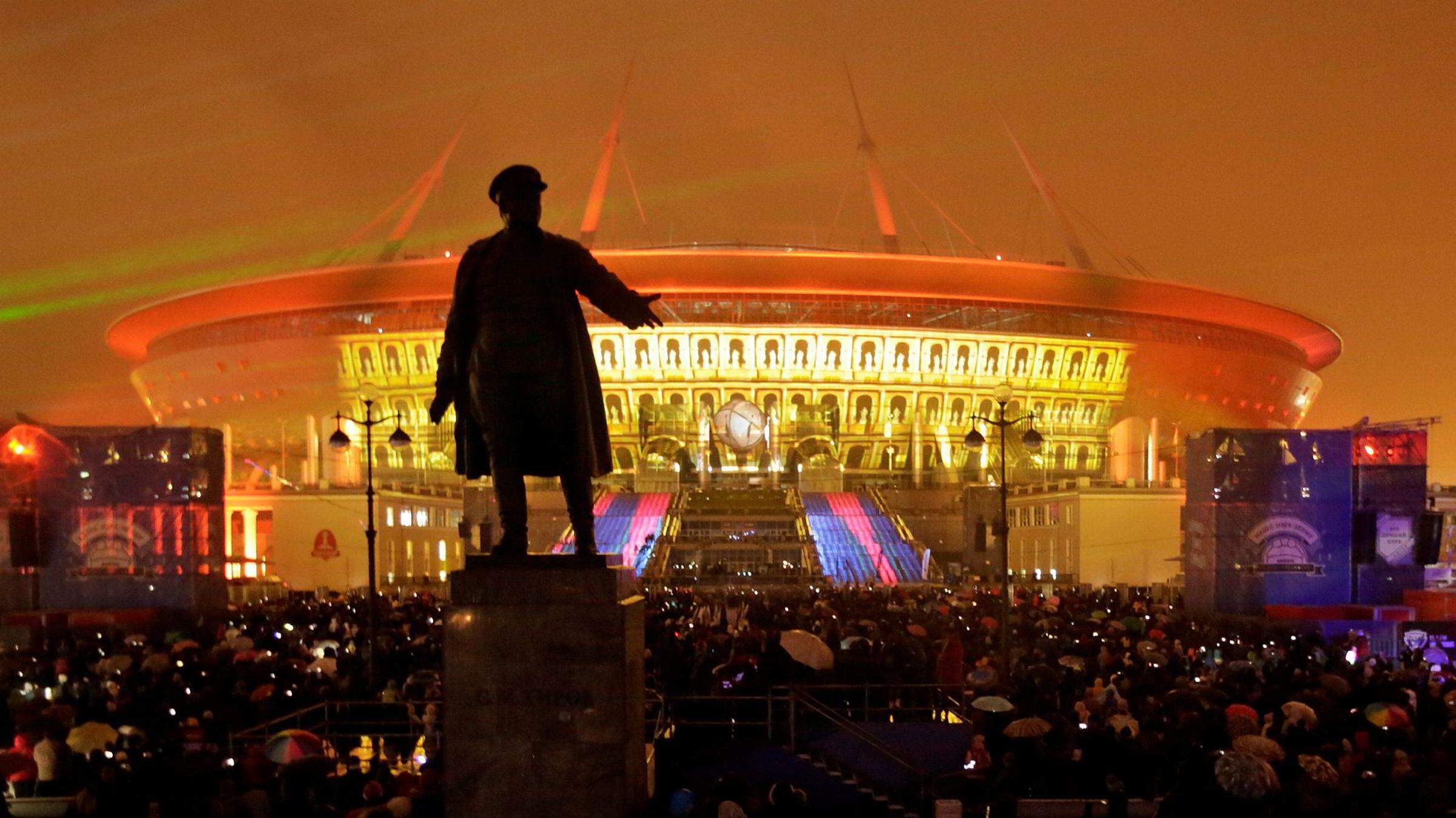 Krestovskij Stadion i St. Petersburg kostet offisielt nesten ti milliarder kroner. Den er blant de dyreste idrettsarenaene i verden, og har blant annet tak som kan lukkes.