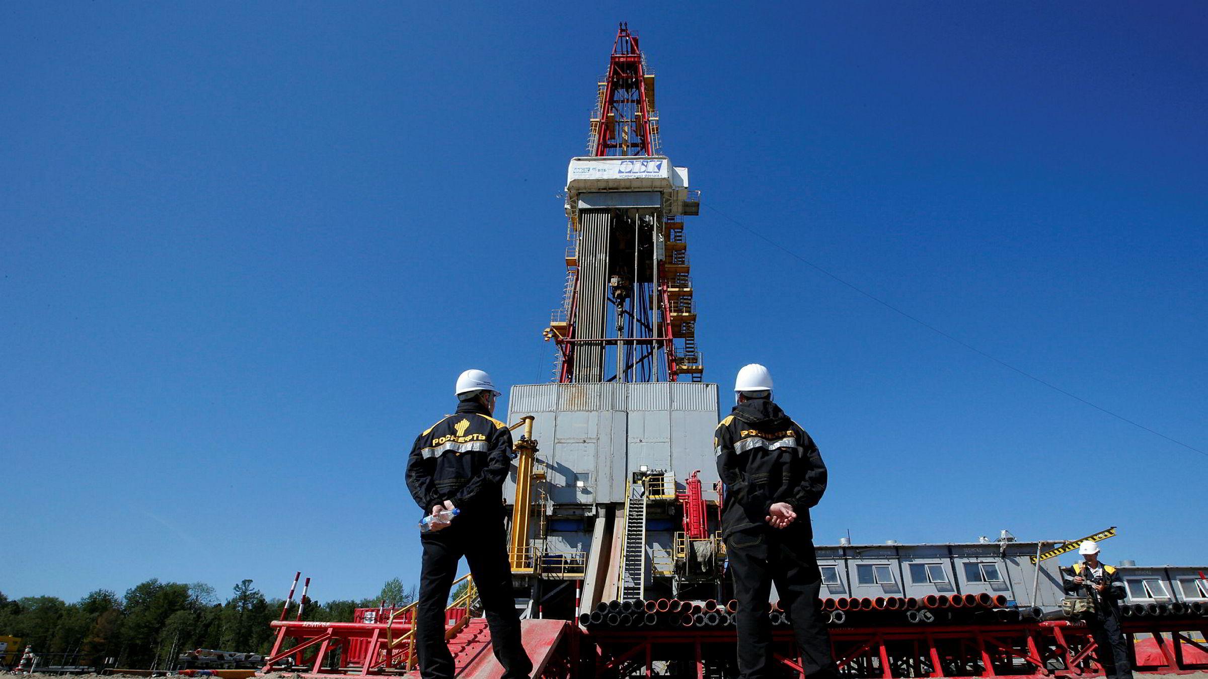 Arbeidere ser på en oljebrønn på Rosnefts oljefelt Prirazlomnoye utenfor byen Nefteyugansk i Russland.