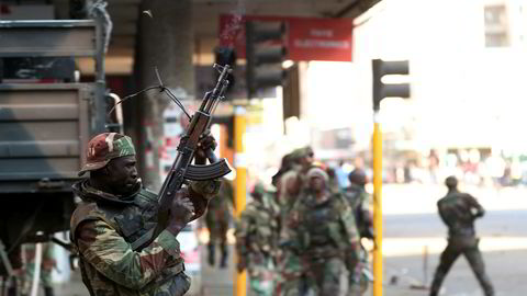 Soldater åpnet ild mot demonstranter i Zimbabwes hovedstad Harare onsdag.