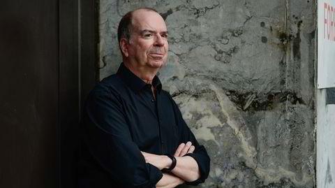 Jan Kjærstad er tilbake med «En tid for å leve», som er hans femtende roman siden han debuterte med novellesamlingen «Kloden dreier stille rundt» i 1980.