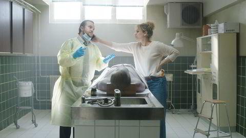Elias Holmsen Sørensen (til venstre) og Sara Khorami spiller i vampyrkomedien «Post Mortem: Ingen dør på Skarnes», som har premiere onsdag.