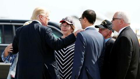 USAs president Donald Trump kjemper med ryggen mot veggen og trenger en politisk seier. Her hilser han på en kvinnelig tilhenger da han sammen med finansminister Steven Mnuchin (i midten med ryggen til) la frem sin foreløpige plan om skattereform i Indianapolis.
