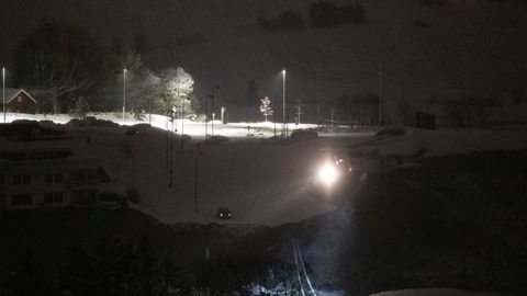 Et redningshelikopter over rasstedet i Ask torsdag natt. Letingen etter savnede fortsetter med uforminsket styrke. Flere boliger ble onsdag morgen tatt av et stort jord- og leirras.