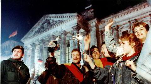 Ungdom feirer gjenforeningen av Tyskland ved riksdagsbygningen 3. oktober 1990. 30 år etter har gjenforeningen gått rimelig bra, selv om det fortsatt er noen skiller mellom øst og vest.