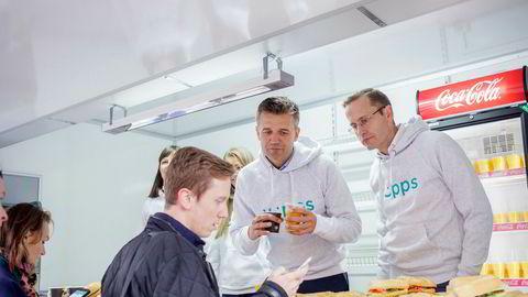 Mobilepay legger ned sin virksomhet i Norge - etter at Nordea valgte å inngå samarbeid med Vipps. Her er Rune Garborg, konserndirektør for Vipps (til venstre) og Snorre Storset i Nordea.