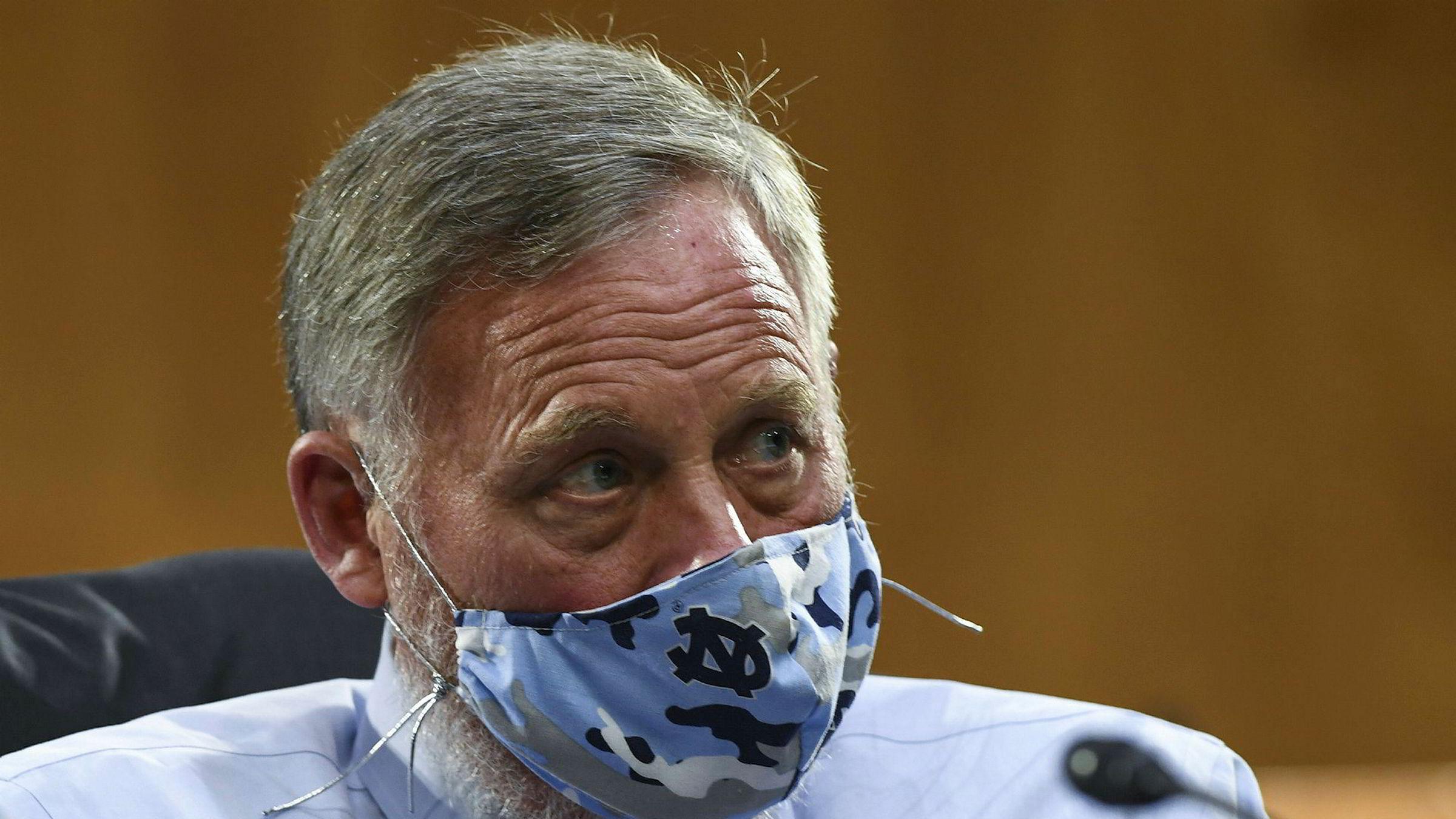 Richard Burr i senatet, her iført maske av smittevernhensyn.
