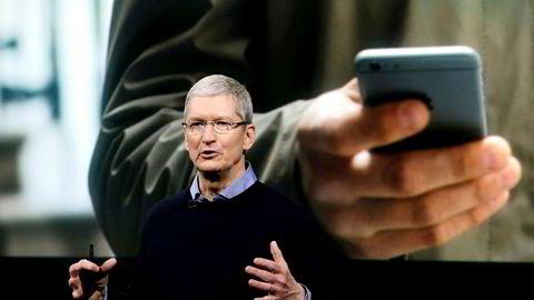Apple-sjef Tim Cook mener koding er et globalt språk, men har lite til overs for sosiale medier.