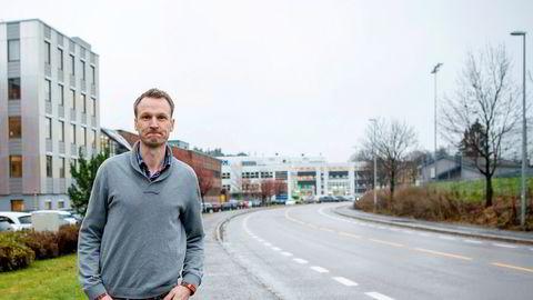 Martin Walberg Bakke sparer hver måned til seg selv og til de to barna sine. Her ved jobben hans ved Bryn i Oslo.