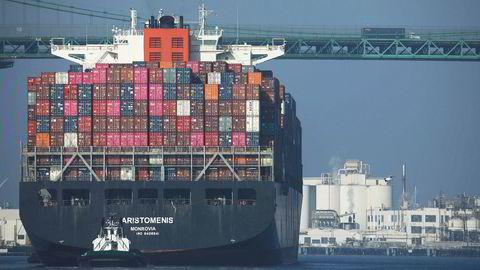 Et fullastet containerskip ankommer Port of Los Angeles, den travleste havnen i USA, fra Kina i sluttem av november. Det ventes høyere aktivitet i handelen mellom verdens to største økonomiske supermakter hvis fase 11 av en handelsavtale blir inngått allerede på fredag- Alt avhenger av president Donald Trump.