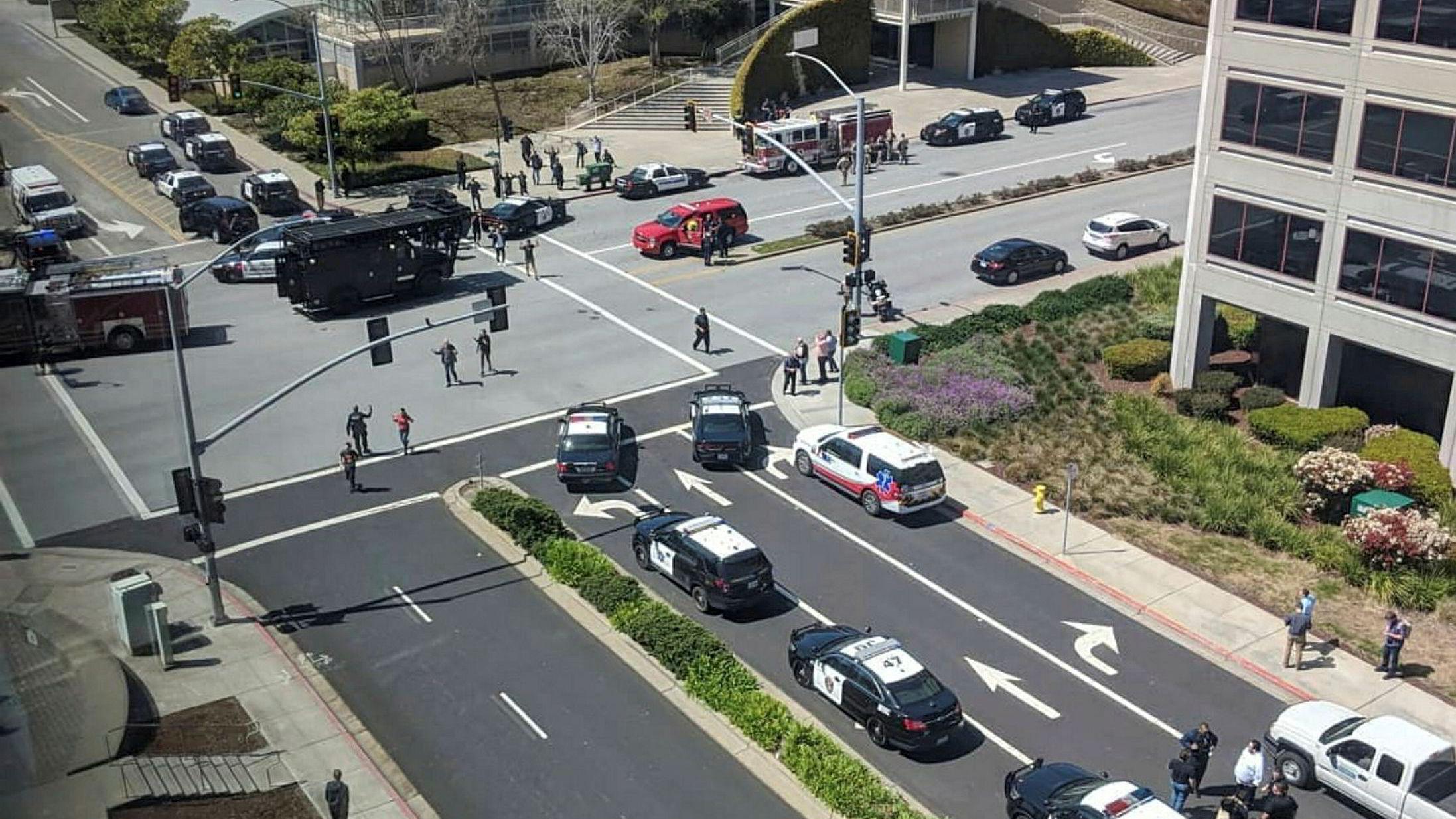 Politibiler utenfor hovedkontoret til Youtube i San Bruno i California, i forbindelse med en skyteepisode.