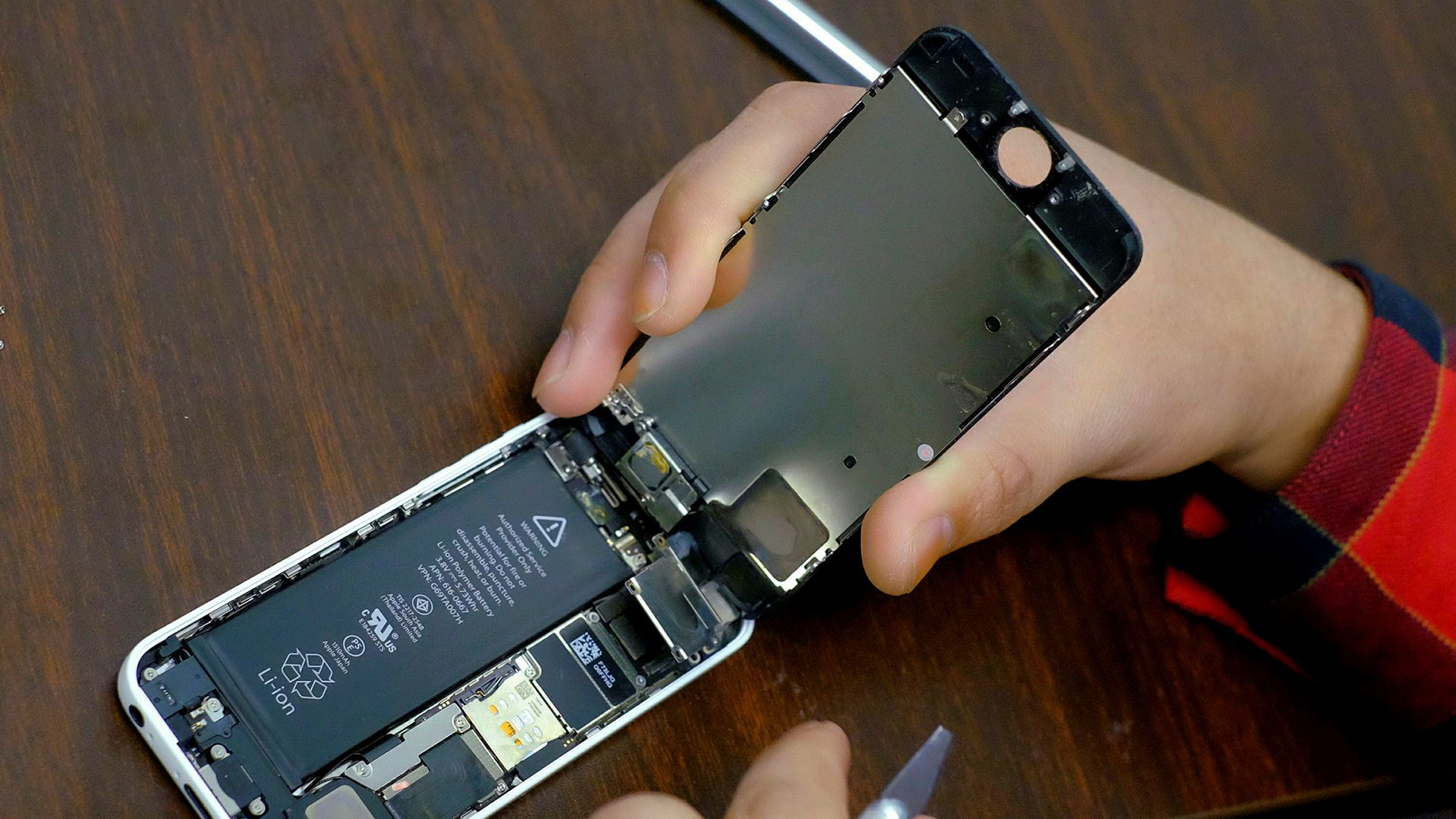 Nesten alle Apple-produkter er sårbare for de to sikkerhetshullene som er avdekket hos databrikkeprodusentene. Eksperter frykter hackerangrep rettet mot smarttelefoner, nettbrett og personlige datamaskiner.