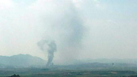 Røyk steg tirsdag opp fra den nordkoreanske byen Kaesong, der samarbeidskontoret for Nord- og Sør-Korea ble sprengt i lufta.